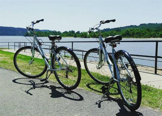 Rock Town River Outfitters-bikes at big dam bridge-560x400