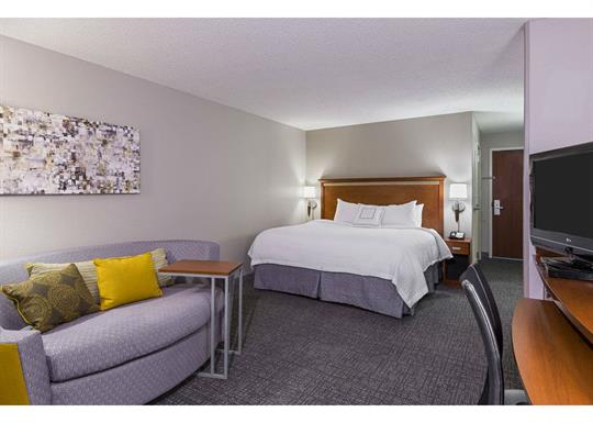 Courtyard by Marriott-River Market-king room 1-840x600