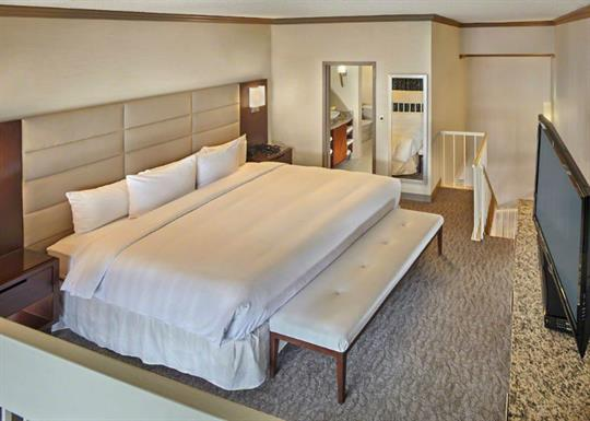 DoubleTree-double room suite bedroom-840x600