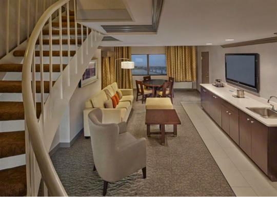 DoubleTree-double room suite sitting area with small dining space-840x600