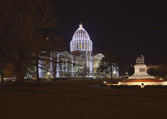 Arkansas State Capitol-2017-holiday lights-560x400